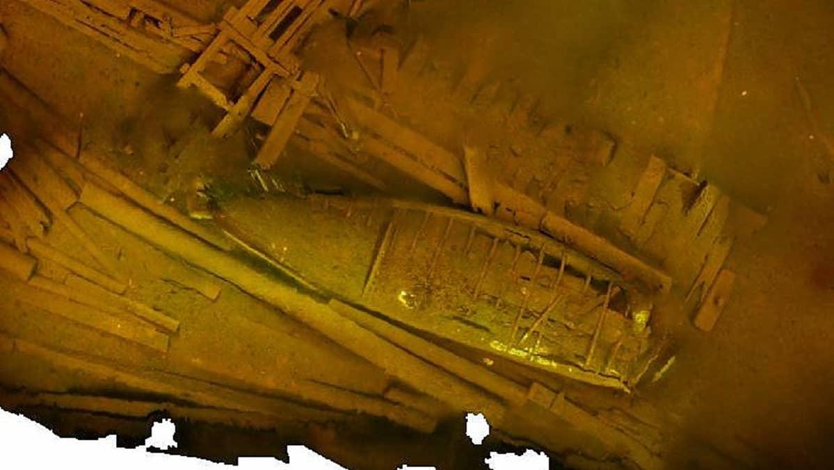 """Sukeltajien kuvaamasta materiaalista valmistuu kolmiulotteinen malli. Kuvassa ensimmäinen työversio pienestä osasta Imatran Paasinsalmen mahdollisesta laivojen """"hautausmaasta"""", päällimmäisenä hylätty vene."""