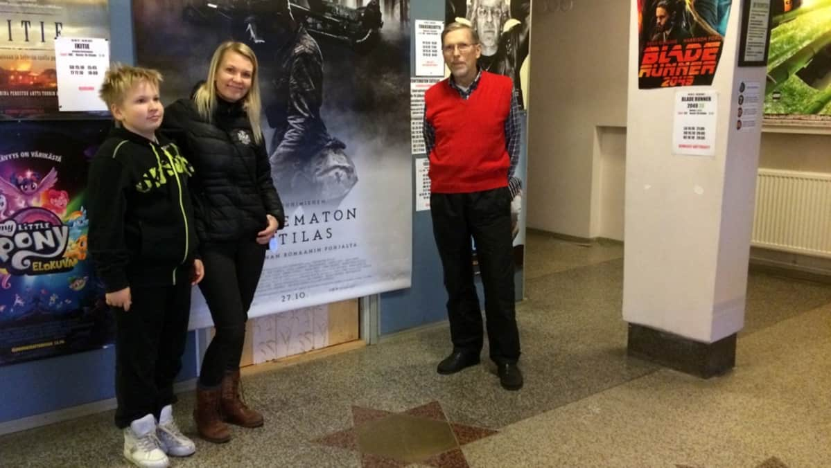 Bio Vuoksen yrittäjä Sanna Ilonen poikansa kanssa ja elokuvakerho Pennittömien sihteeri Kari Salmela.