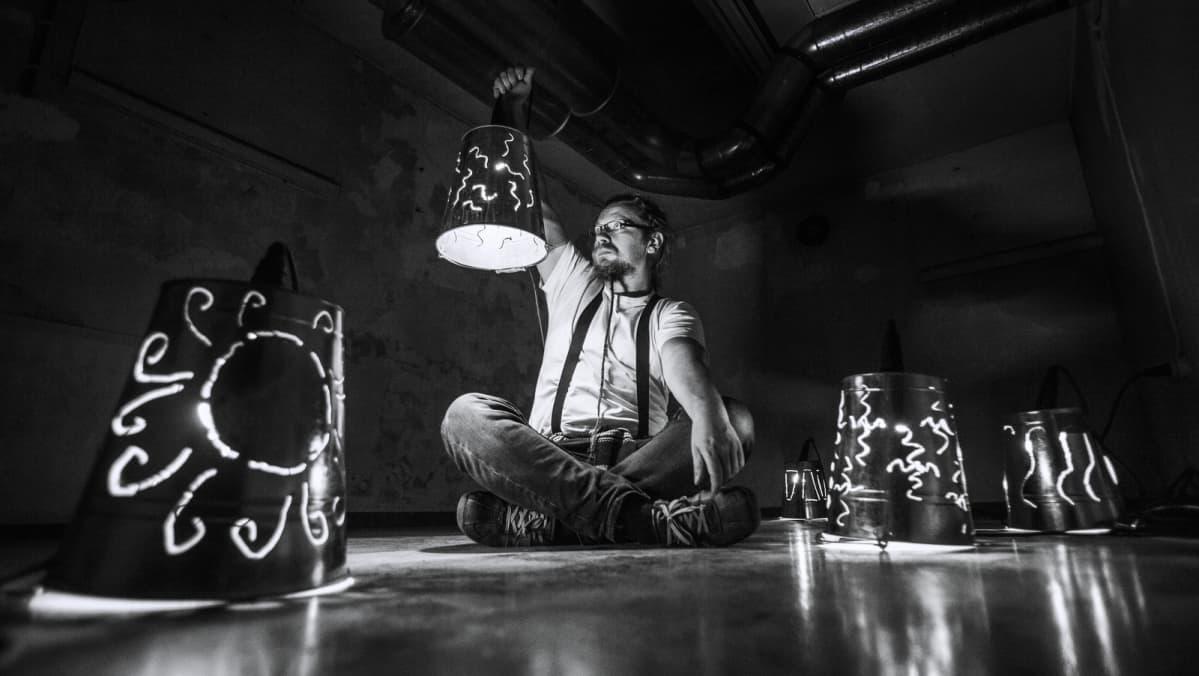 Valotaiteilija Kari Kola