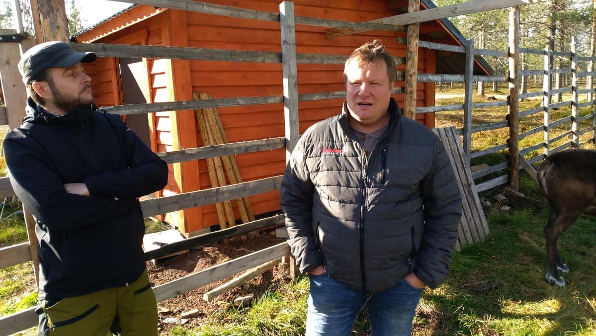 Safariopas Sami Kiviniemi ja ohjelmapalveluyrittäjä Uule-Niiles Sara