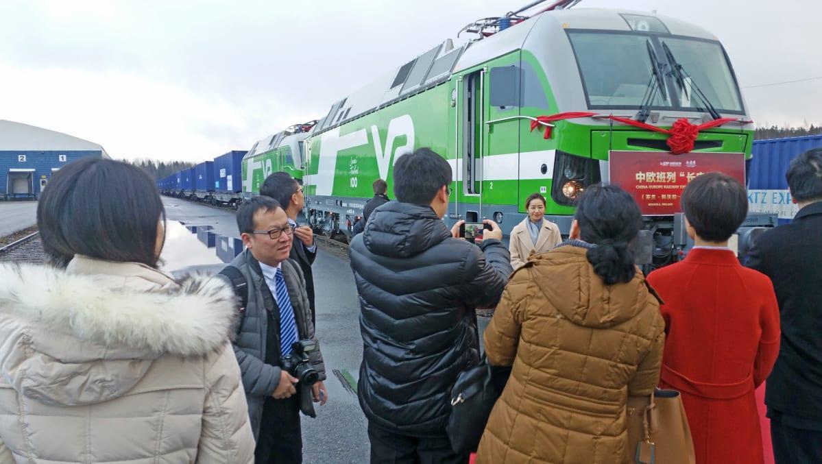 ihmisiä  Kiinan junan edessa