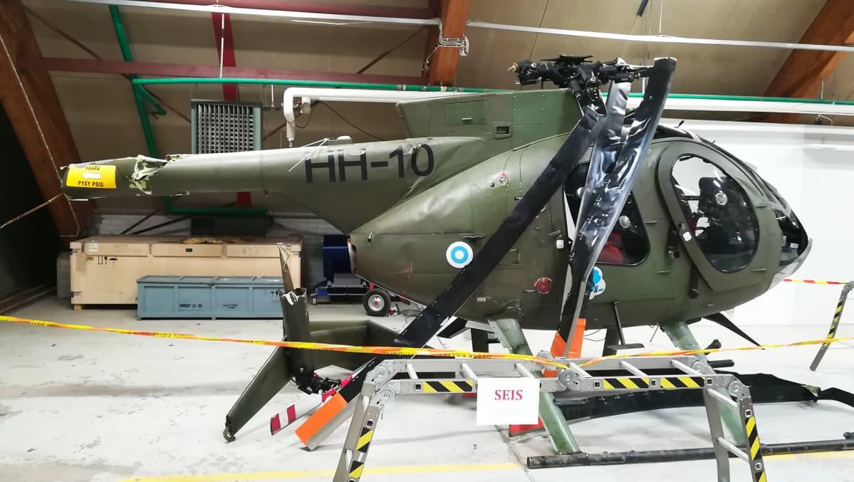 Utissa kesällä 2018 vaurioitunut Hughes MD500-helikopteri.