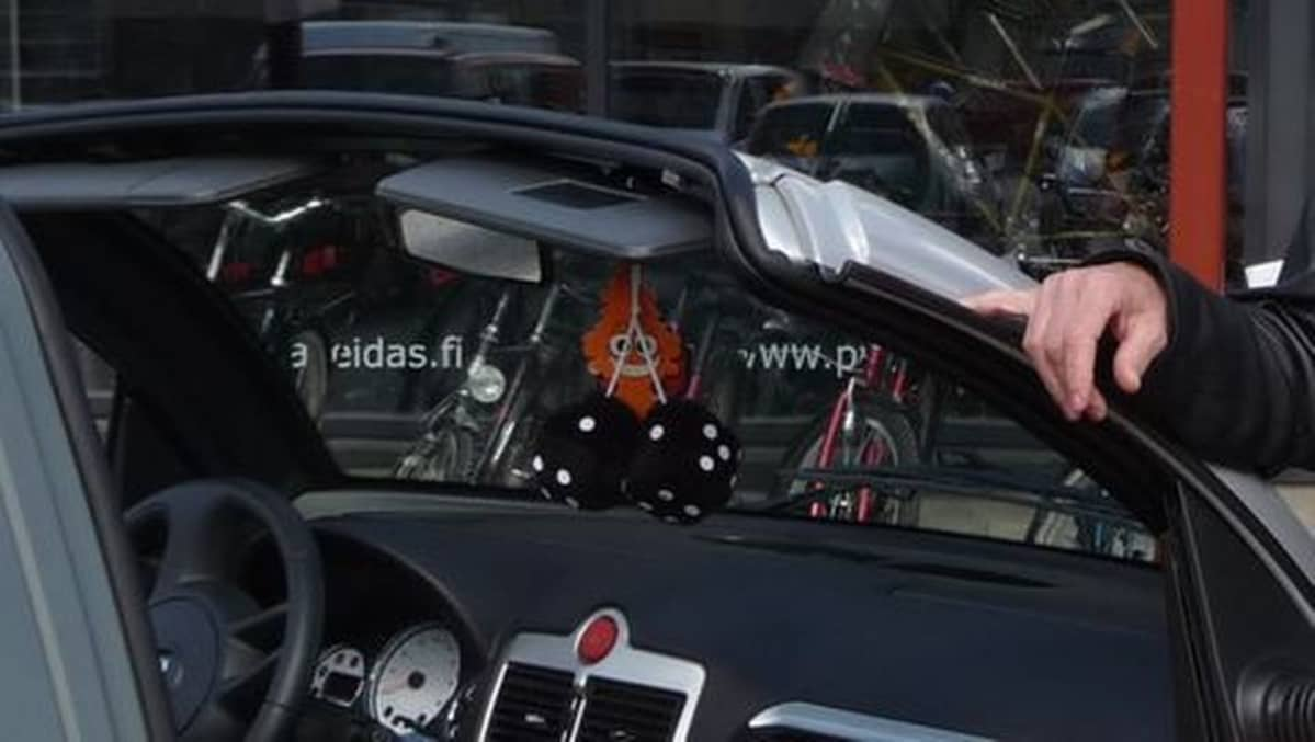Karvanopat heiluvat kesätuulessa hyvin avomallisessa mopoautossa!