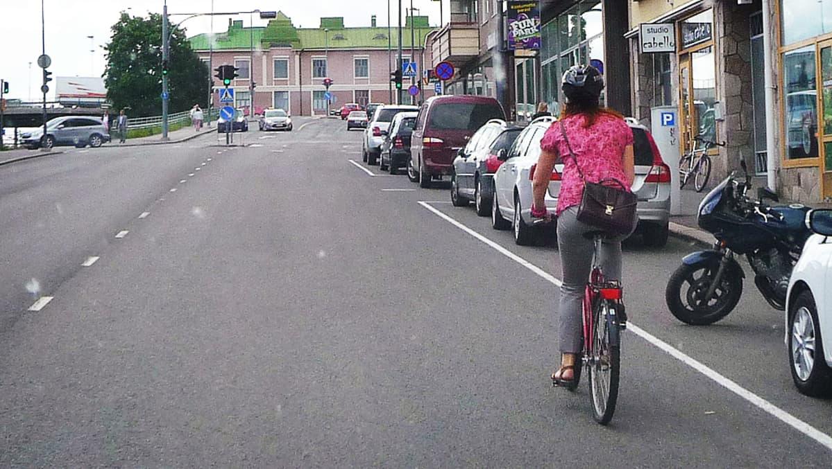 Pyöräilijä liikenteen seassa