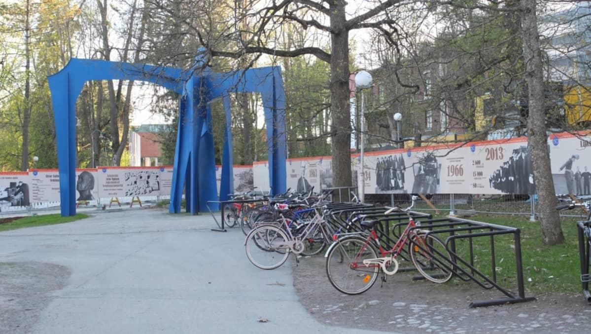 Juhlavuosi näkyy Jyväskylän yliopiston Seminaarinmäellä.