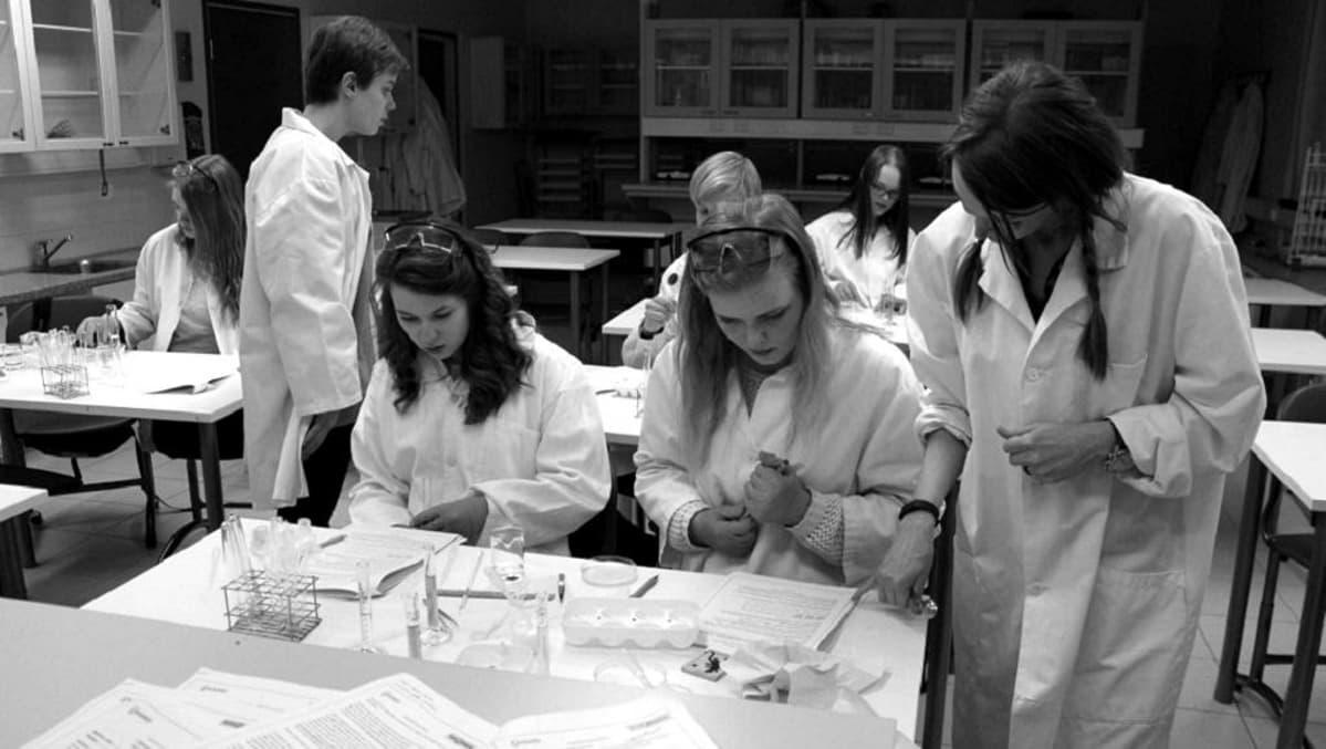 Muuramen yläkoululaiset kokeellisen työn kimpussa.