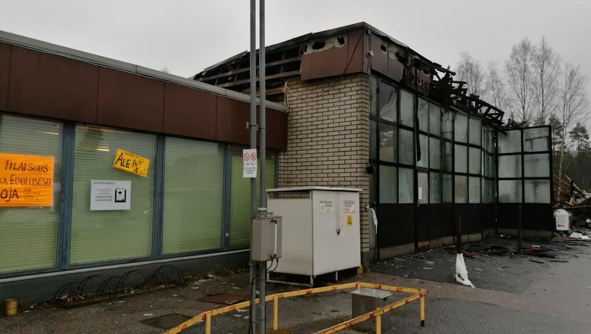 Uuraisten huoltoasemarakennuksen korjaamohalli tuhoutui tulipalossa marraskuussa 2016.
