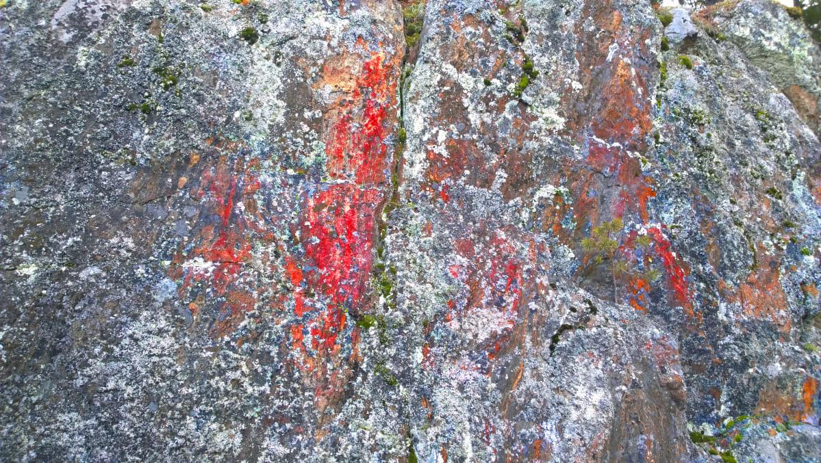 Kuva Karhuvuoren kalliomaalauksesta, jossa punaista väriä on korostettu.