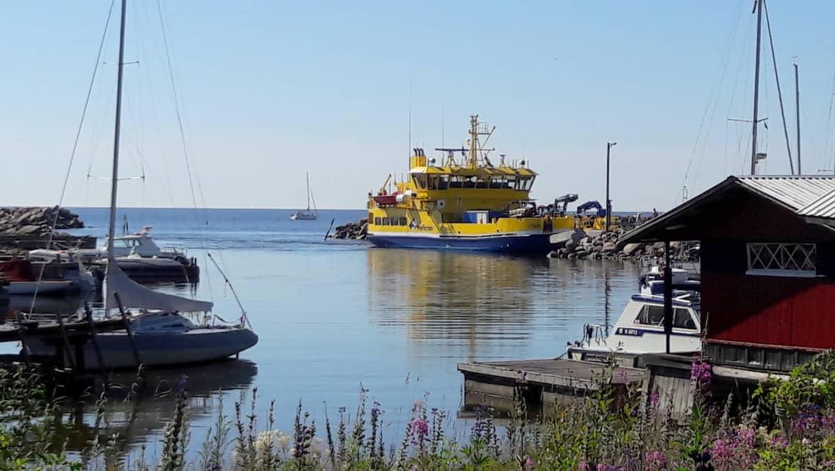 Yhteysalus Otava on saapumassa Pyhtään Kaunissaareen 26.7.2017.