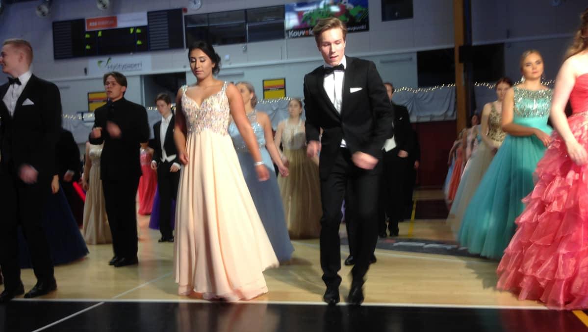 Eeva Karkkonen ja Jasperi Luoma Yhteislyseon vanhojen tansseissa Kouvolassa. Kappaleena soi Time of My Life elokuvasta Dirty Dancing.
