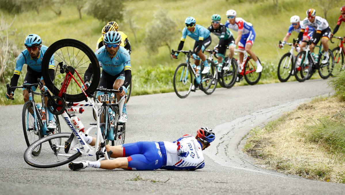 Polkupyöräilijä kaatuneena.