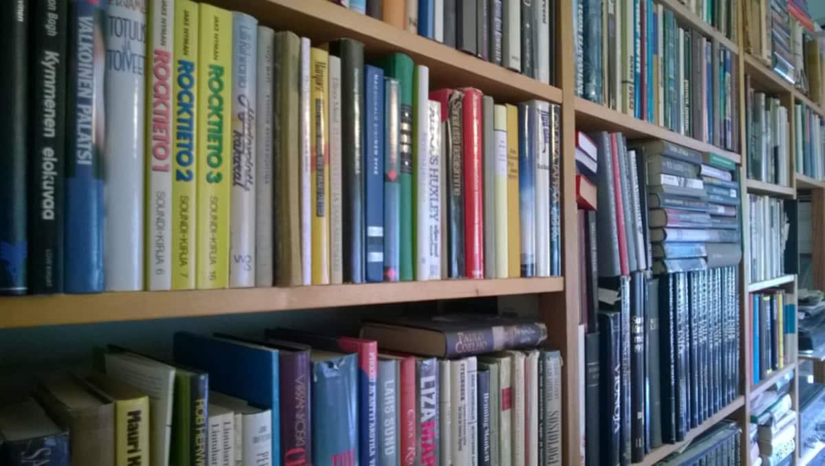Kuva kirjahyllystä.