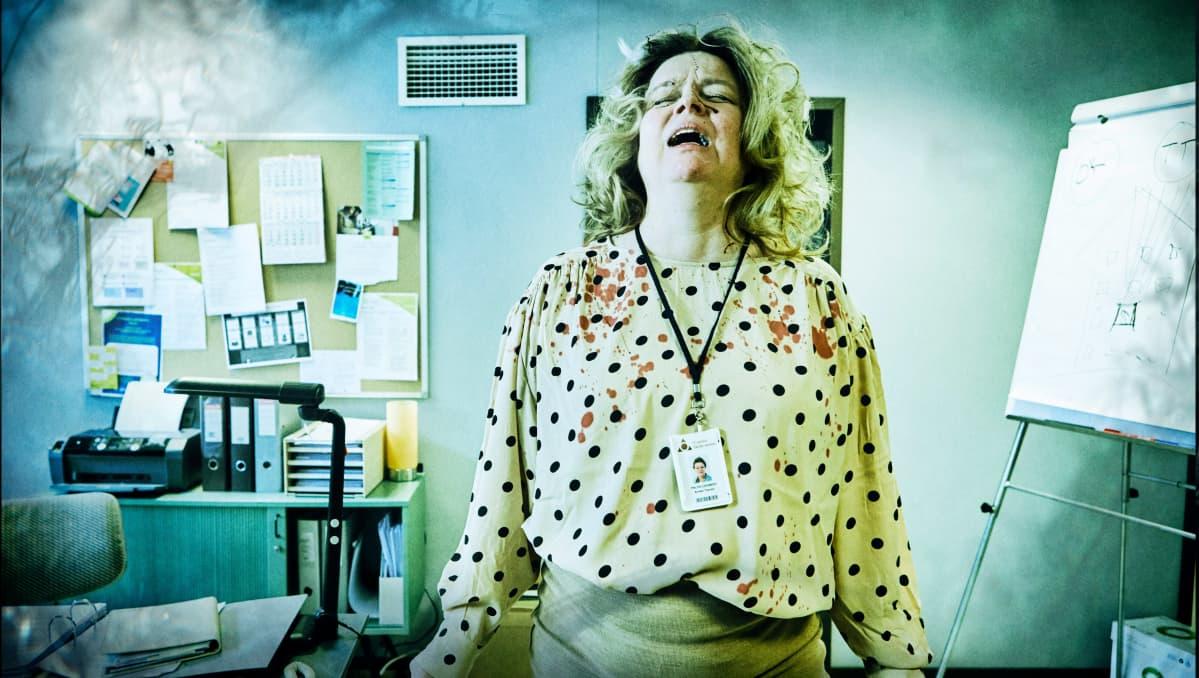 Toimistotyöntelijä (nainen) huutaa epätoivoisen näköisenä, Sisäilmaa-sarjan pääroolissa nähdään Elina Knihtilä.