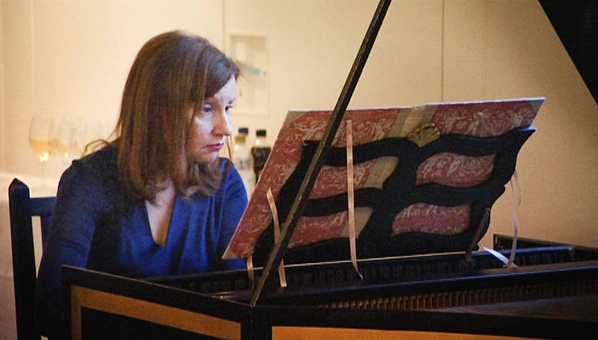 Elina Mustonen soittaa sembaloa.