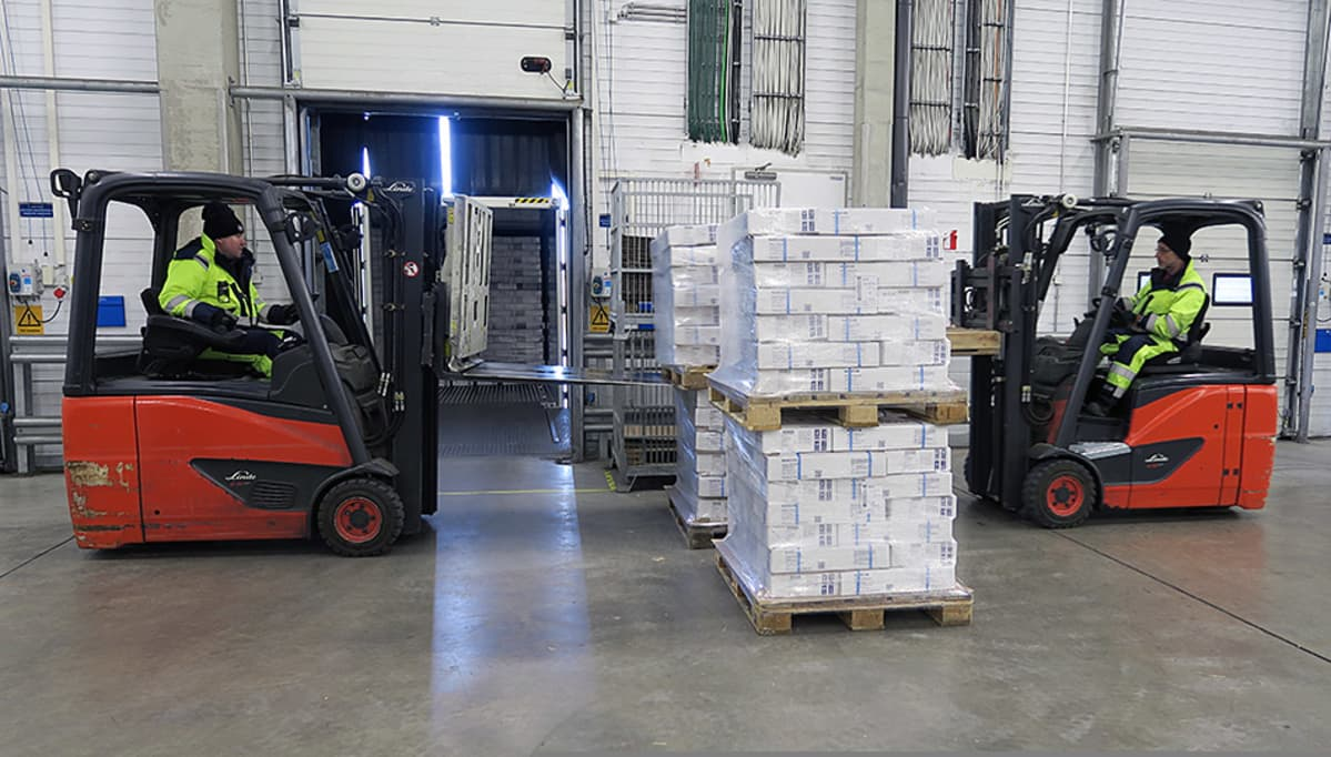Trukit lastaavat laatikoita