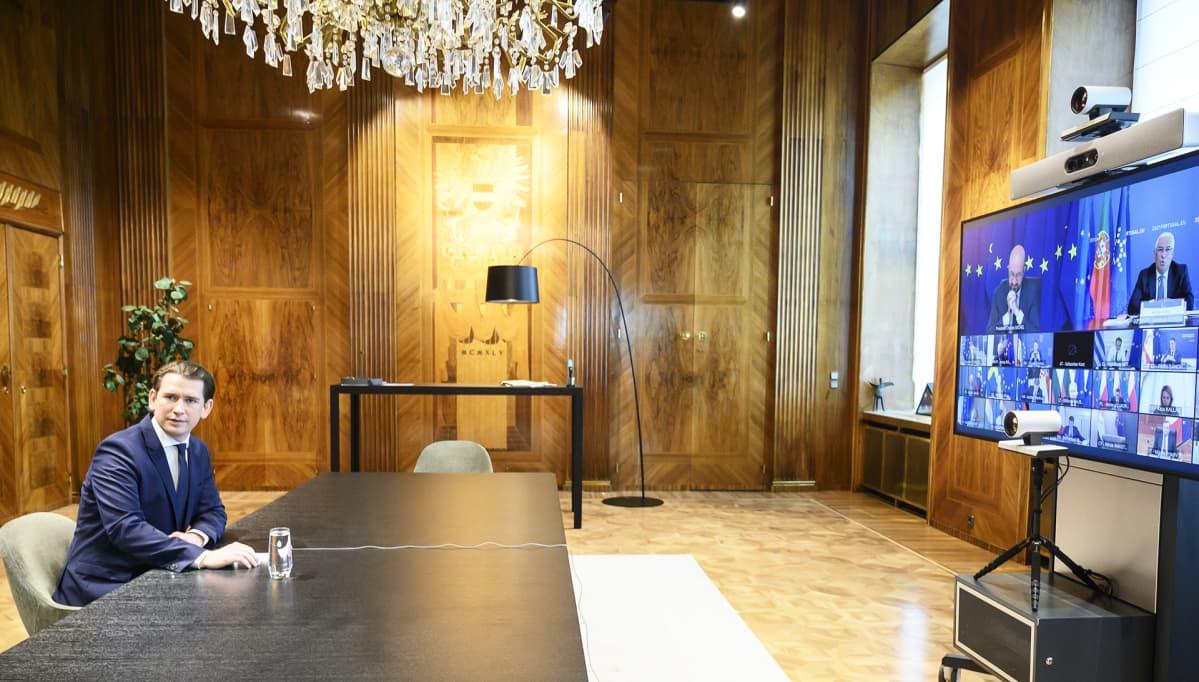 Itävallan liittokansleri Sebastian Kurz istuu yksin työpöydän ääressä EU-johtjien huippukokouksessa maaliskuussa 2021.