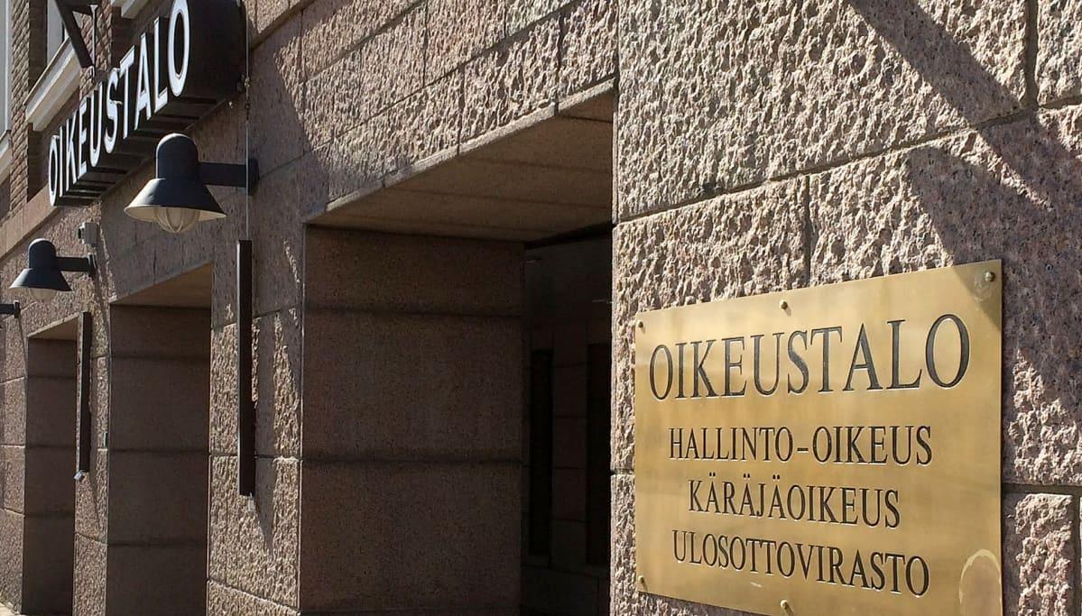 Kanta-Hämeen käräjäoikeuden sisäänkäynti.