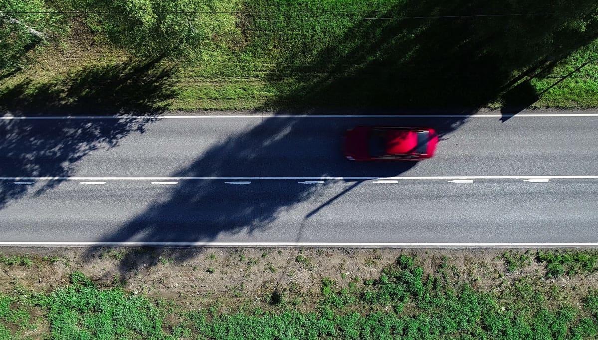 Autotie uusilla valkoisilla tiemaalauksilla