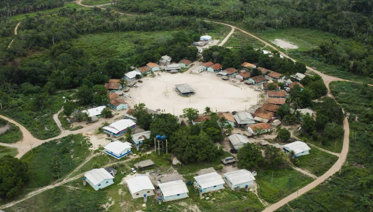 Vista aérea de uma aldeia indígena