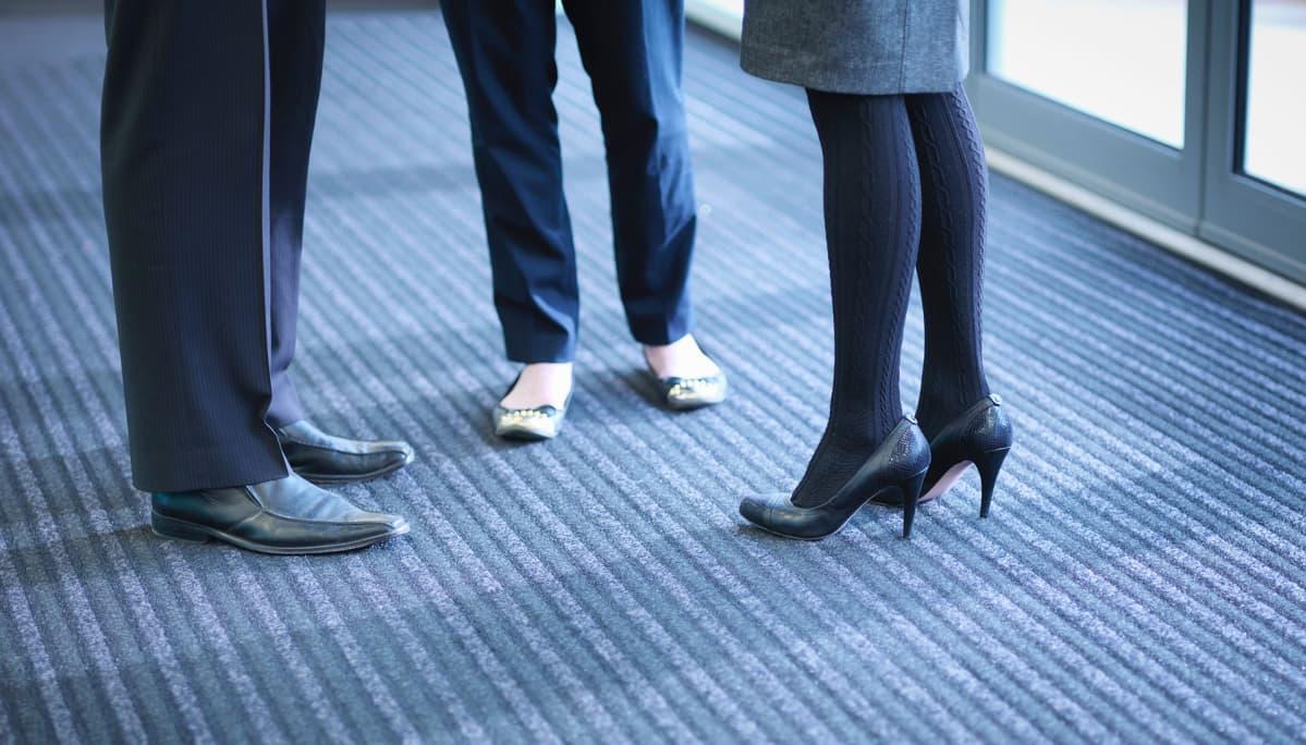 mies- ja naistyöntekijöiden kenkiä
