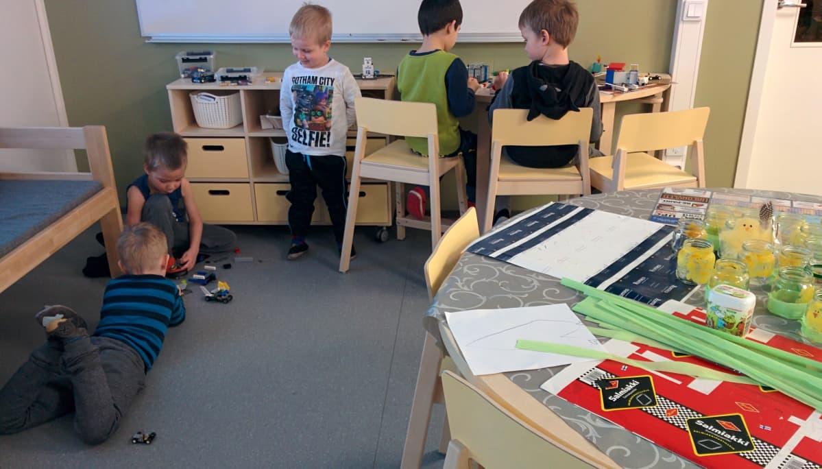 Pojat puuhailevat legojen kanssa.