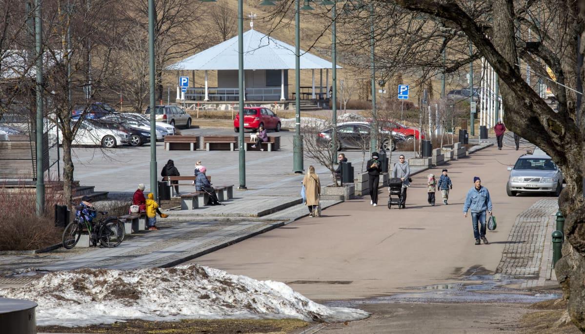 Ihmisiä ulkoilemassa Lappeenrannan satamassa.