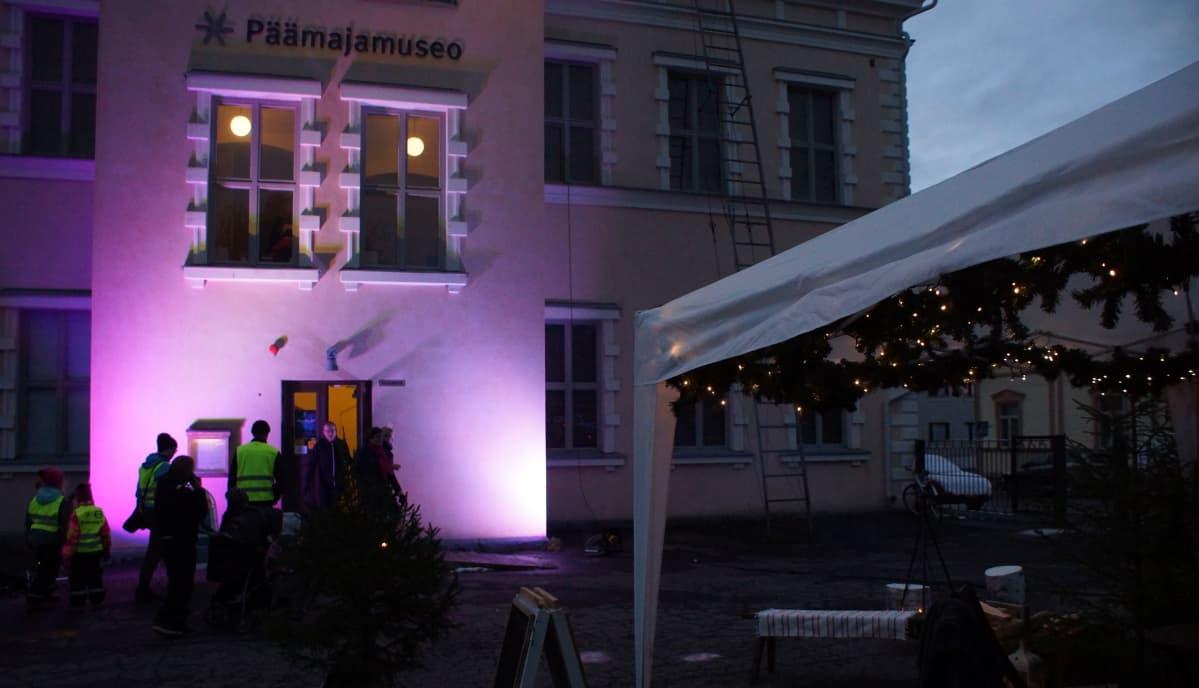 Valaistu Päämajamuseon julkisivu Museoiden yönä.