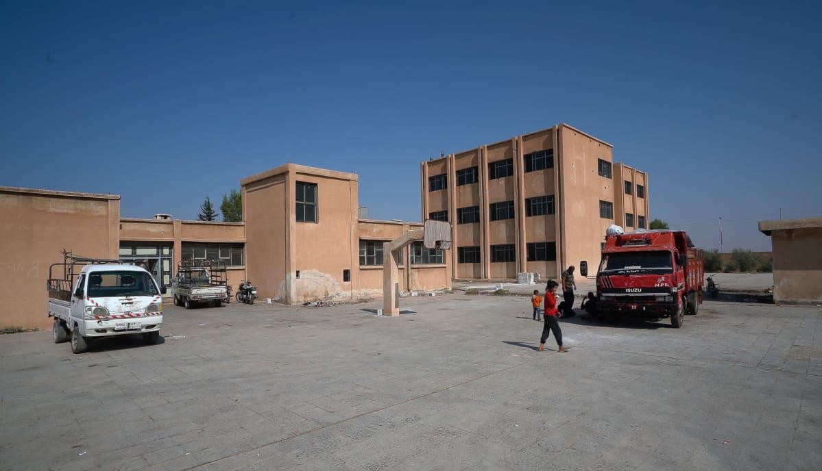 Yksi monista pakolaiskeskuksiksi muutetuista kouluista Koillis-Syyriassa. Tässä Tal Tamrissa sijaitsevassa koulussa elää noin kuusikymmentä perhettä.
