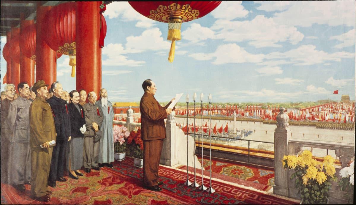 Kuva Mao Zedongista Taivaallisen rauhan aukion parvekkeella julistamassa Kiinan kansantasavallan perustamista 1. lokakuuta 1949.