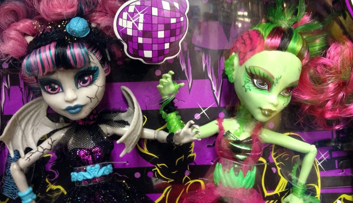 Värikkäät Monster High -kauhunuket poseeraavat myyntipakkauksessaan.