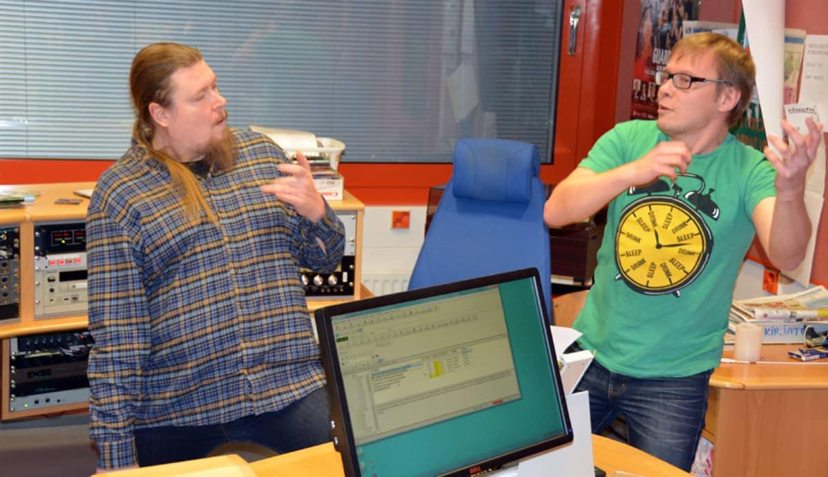 Ismo ja Petri soittaa studiossa.