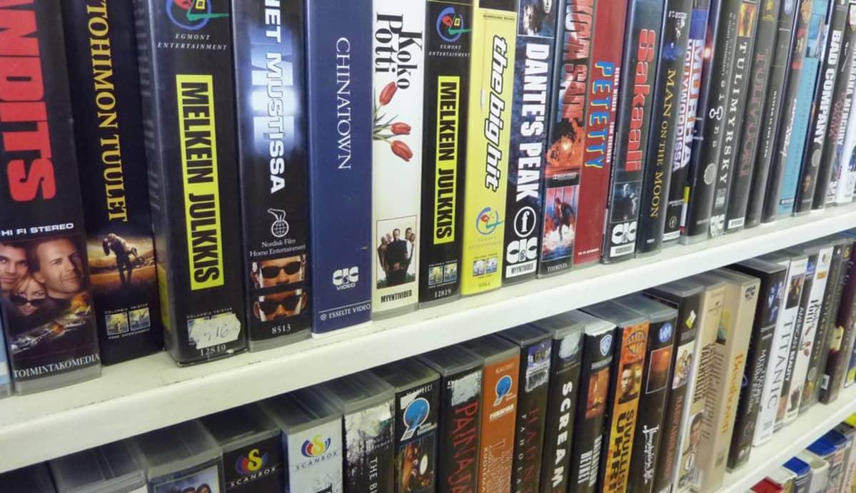 Videokasetteja hyllyssä.