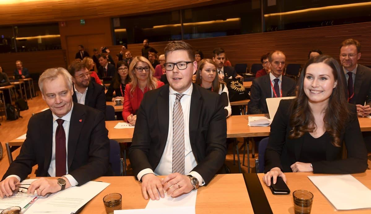 Hallitustunnustelija, SDP:n puheenjohtaja Antti Rinne (vas.), SDP:n eduskuntaryhmän puheenjohtaja Antti Lindtman ja ensimmäinen varapuheenjohtaja Sanna Marin SDP:n puoluevaltuuston kokouksessa Helsingissä 8. joulukuuta 2019. Puoluevaltuuston