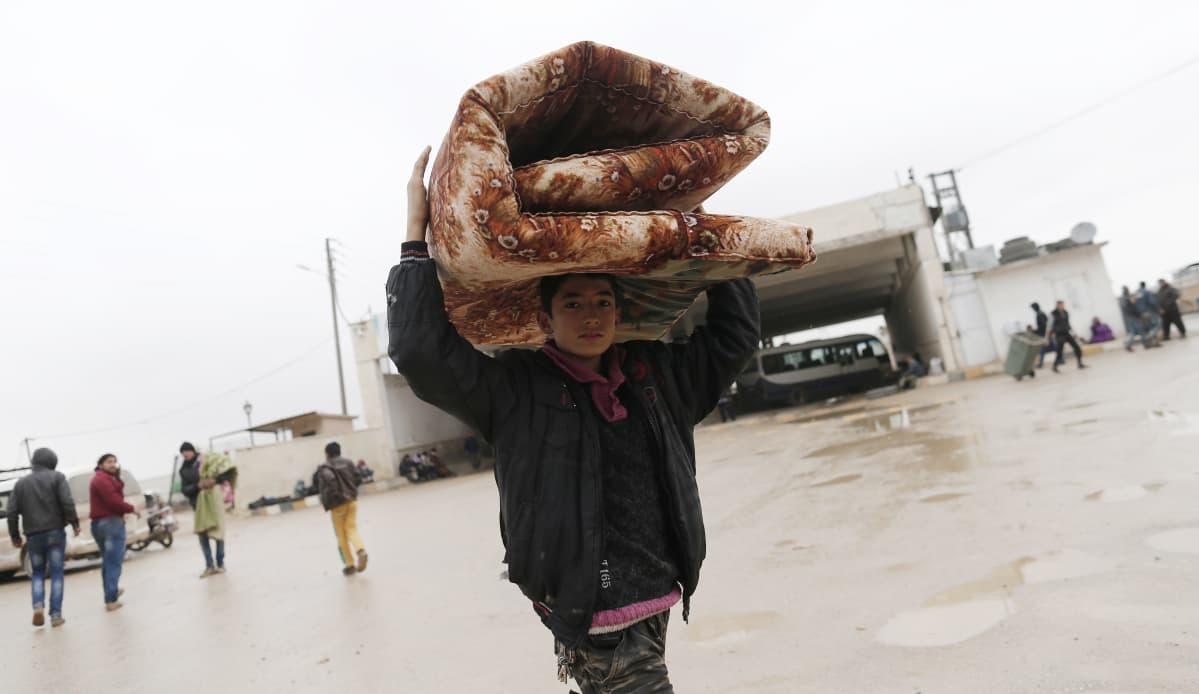 Syyrialaispoika lähellä Turkin rajaa