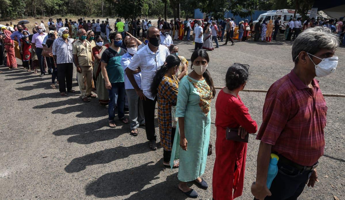 Ihmiset jonottavat koronarokotetta Intian Mumbaissa