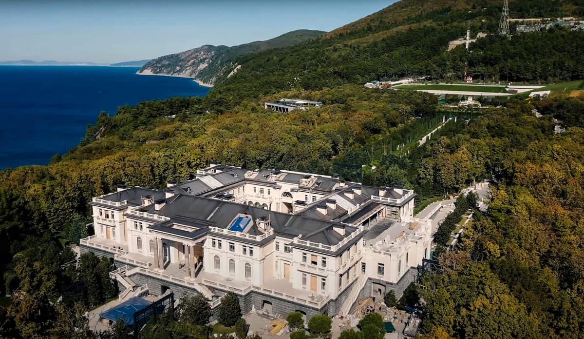 Mustanmeren rannalla sijaitsevasta valtava palatsi.