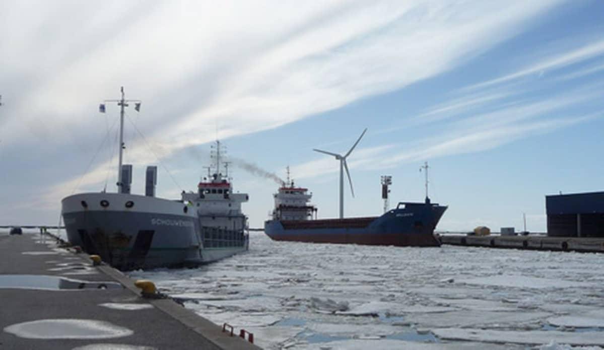 Kaksi laivaa Ajoksen satamassa.