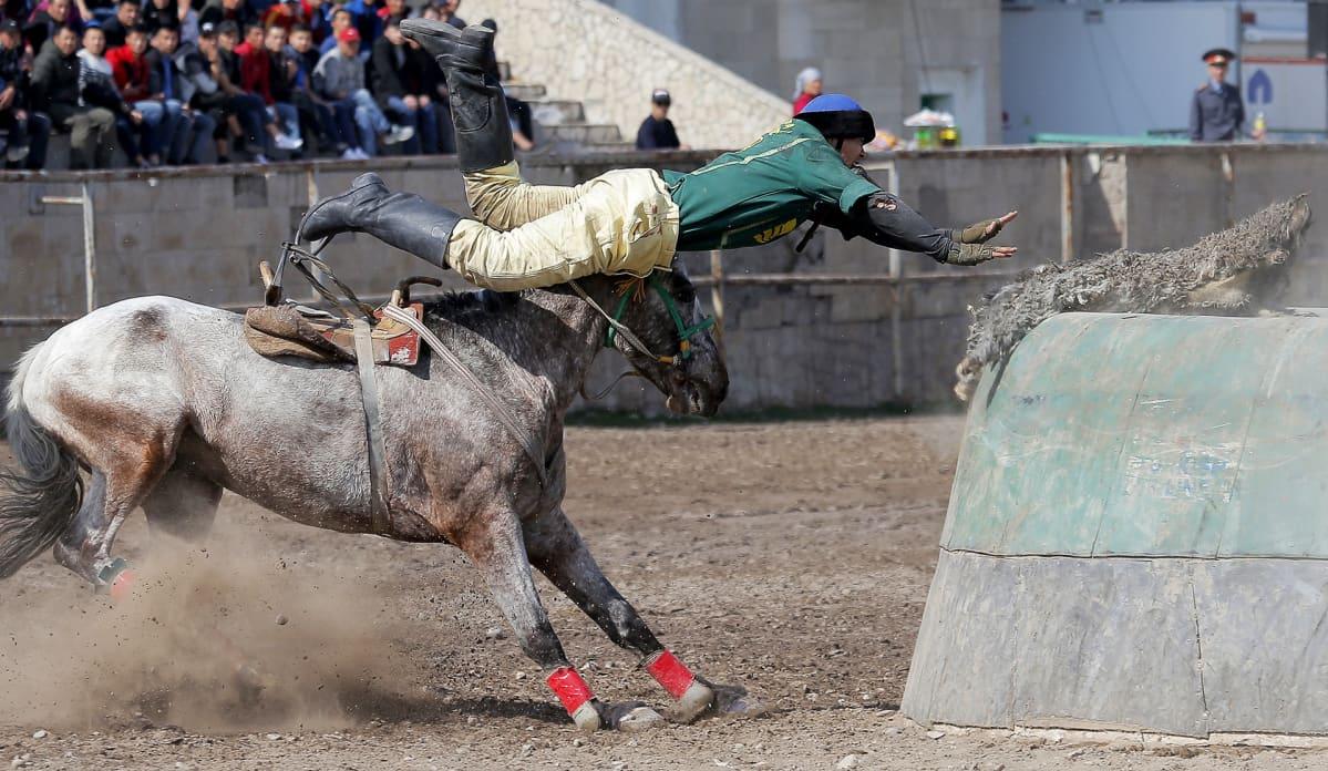 Kok-Boru on perinteinen kirgisialainen hevosurheilu, jossa pallon tilalla on vuohen talja, jonka pelaajat yrittävät heittää vastustajan maaliin. Peli on osa kevään alkamisen juhlintaa.