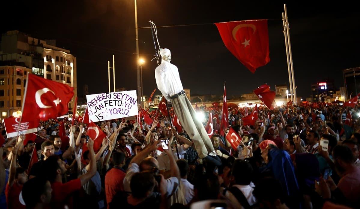 Mielenosoitus Taksim-aukiolla