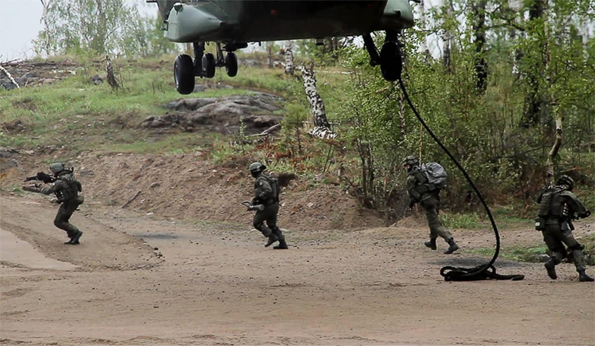 Sotilaat harjoittelemassa helikopterista laskeutumista.