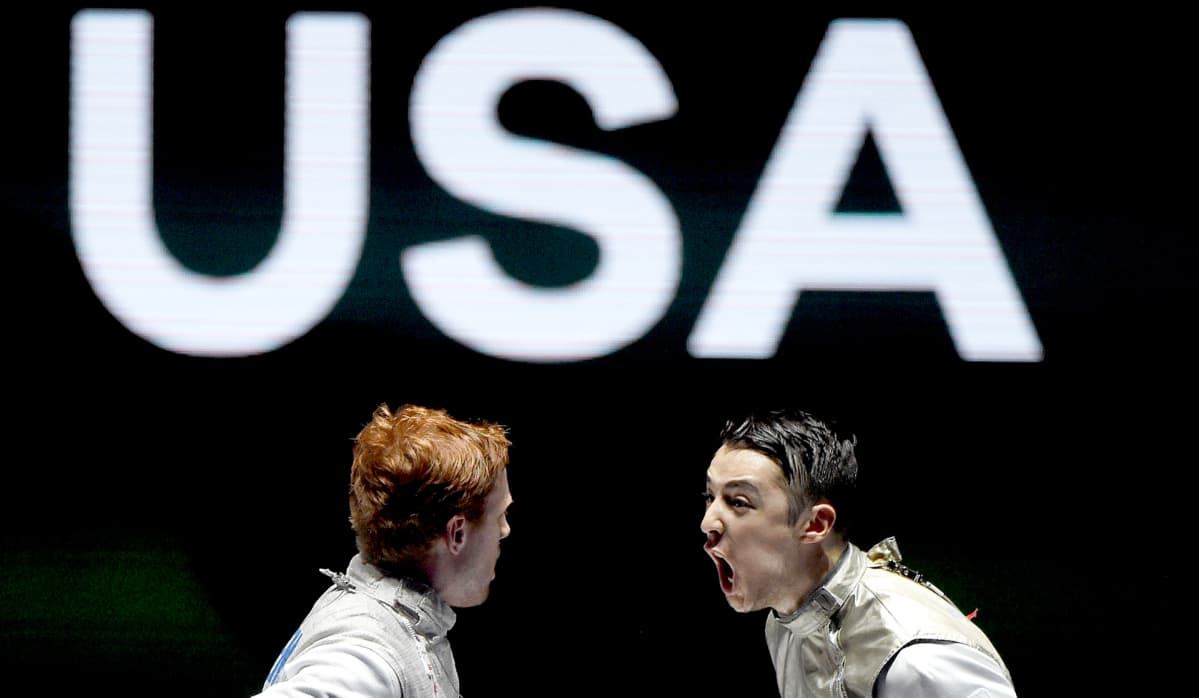 Yhdysvaltain Race Imboden ja Alexander Massialas (oikealla) kiivaassa sananvaihdossa miekkailun maailmanmestaruuskilpailuissa Budapestissä Ranskaa vastaan 23. heinäkuuta.