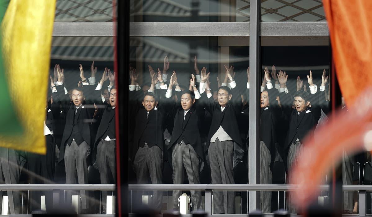 Japanissa elettiin tiistaina 22. lokakuuta historiallisia hetkiä, kun saarivaltio saa uuden keisarin. Keisari Naruhito muodollisesti otti vastaan krysanteemivaltaistuimen hallitsijan asemansa. Itse kruunajaisseremonia vietiin läpi pääasiassa hiljaisuudessa, jonka rikkoivat vain rumpujen ja gongin äänet. Seremonia päättyi kolmeen banzai-huutoon, millä toivotettiin keisarille pitkää ikää.