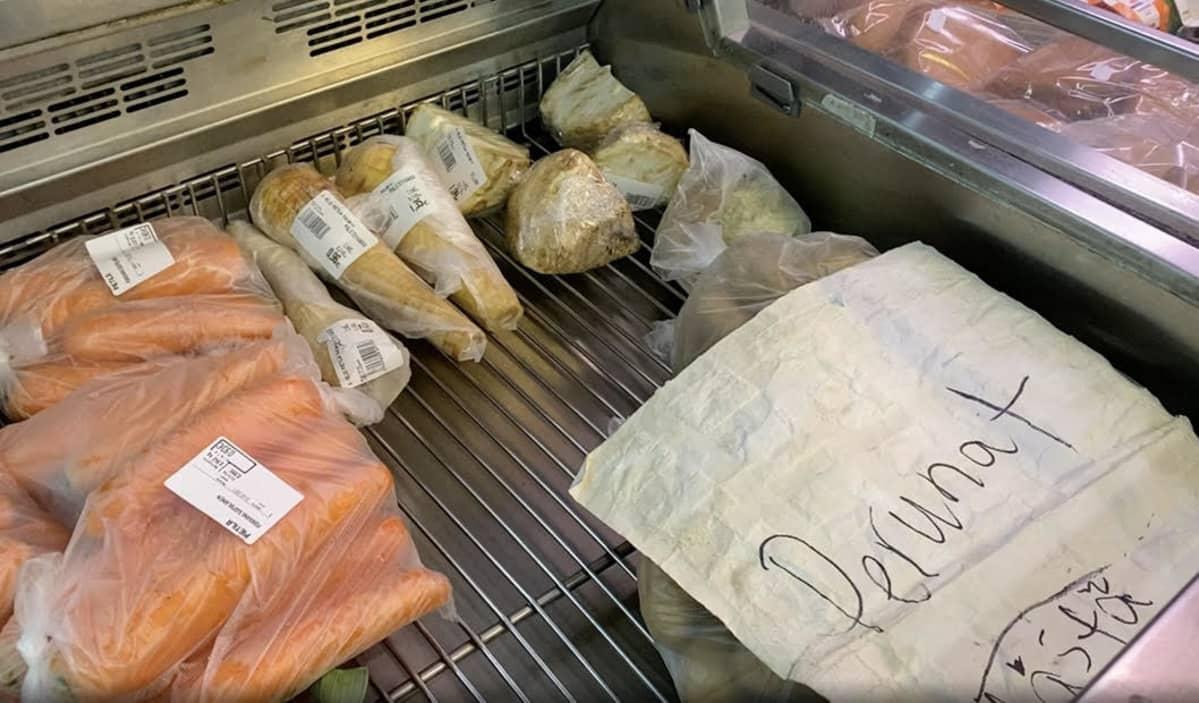 vihanneksia kaupan tiskillä.