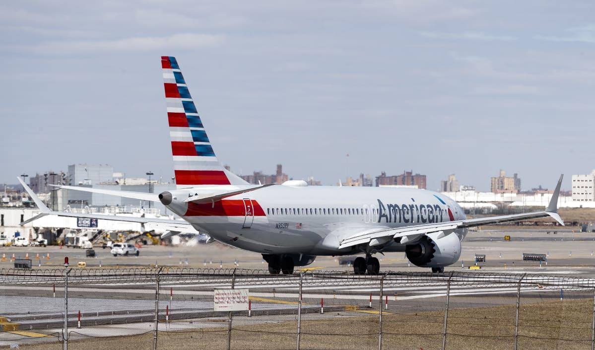 Boeing 737 MAX (American Airlines) på landningsbanan i LaGuardia, New York.