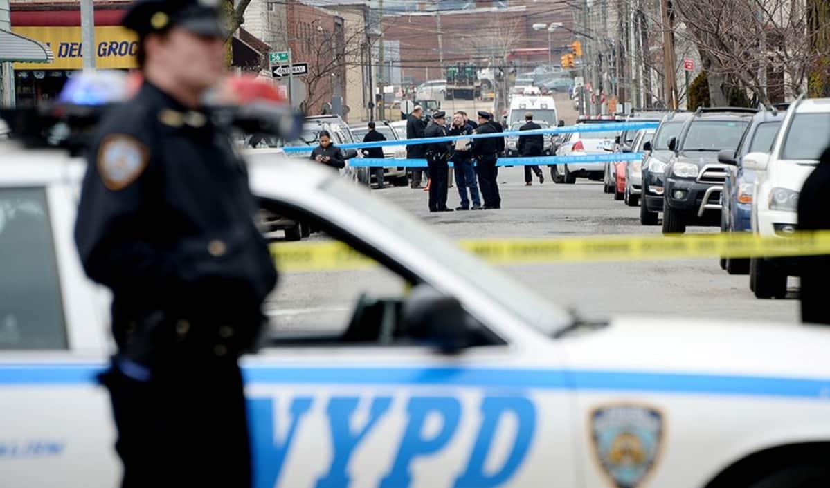 Nauhoilla eristetty alue ja poliiseja.
