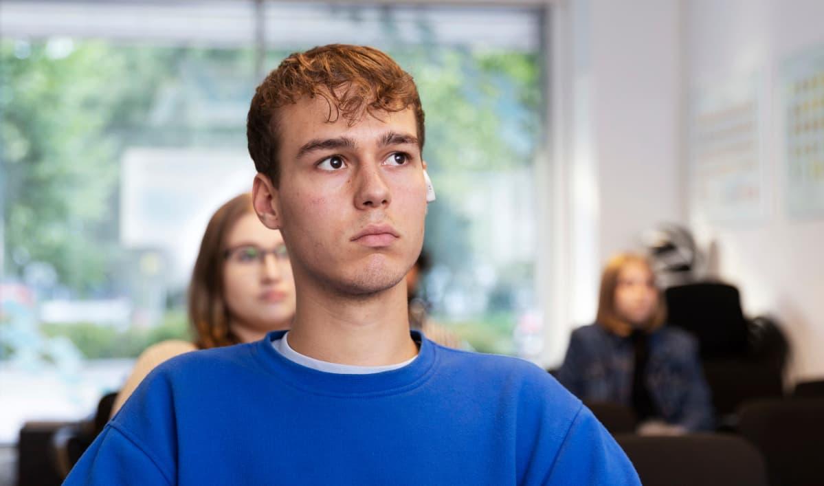 Autokoulun oppilas Alexander Rodriguez kuuntelee opetusta