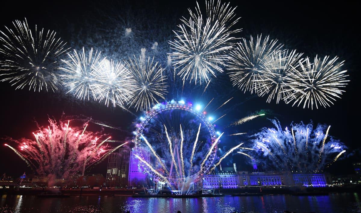 Uuden vuoden 2020 juhlintaa Lontoossa, ennen koronaviruspandemiaa.