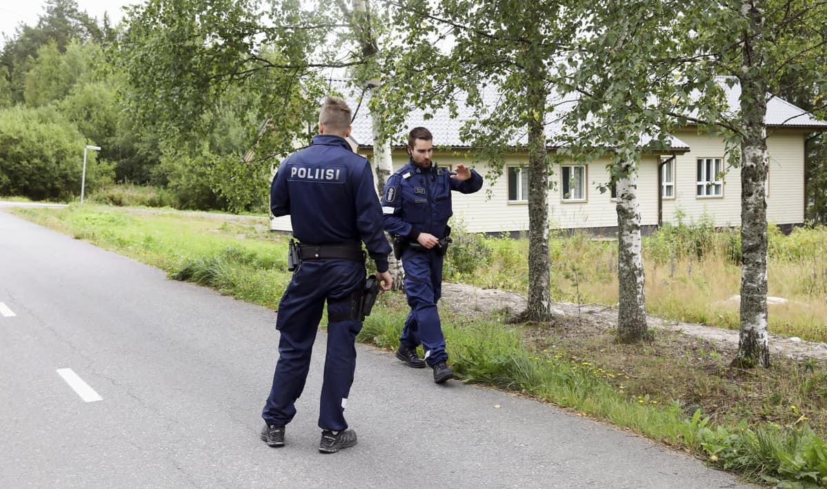 Poliisi suoritti tutkintaa eristetyllä alueella Laukaan Vihtavuoressa 28. elokuuta