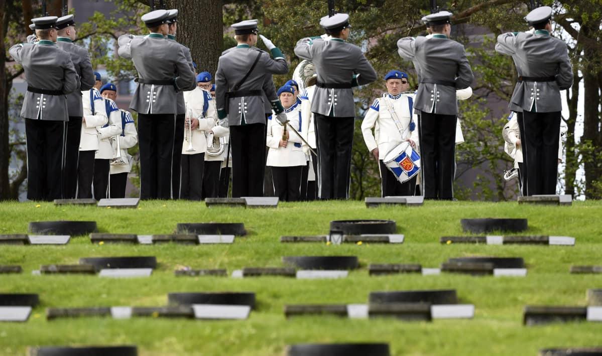 Sankarihautoja Helsingin Hietaniemen hautausmaan  kaatuneitten muistopäivänä