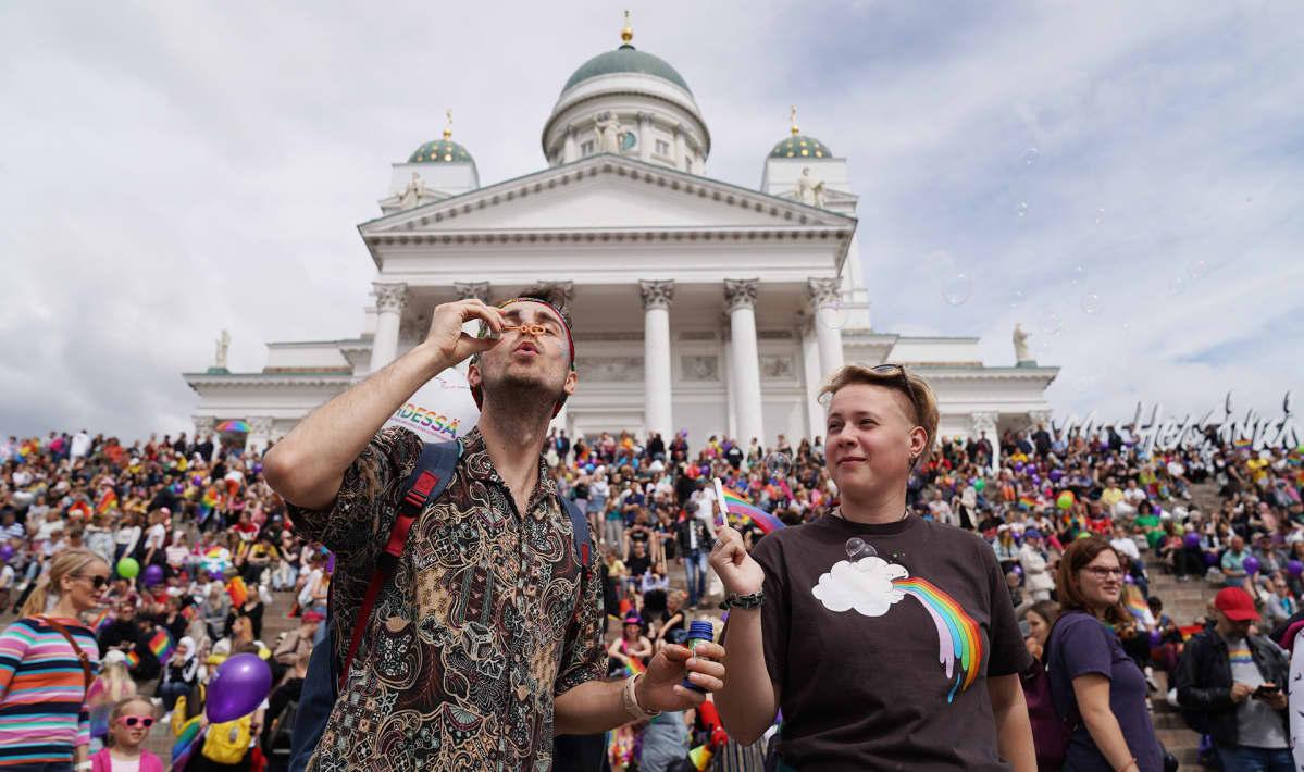 Pride-kulkueen osanottajat kokoontuivat lauantaiaamupäivänä Senaatintorille.